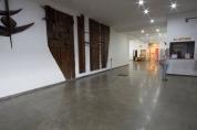 Hall com obra de Poty Lazarotto, bilheteria e entrada para sala do acervo.